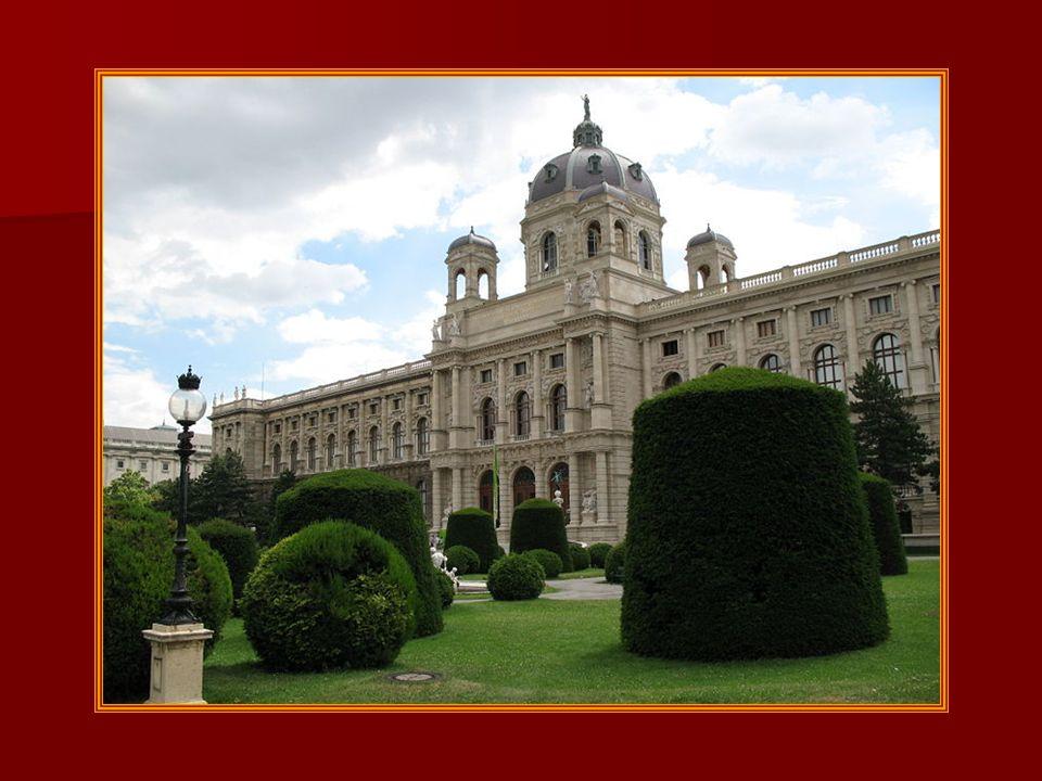 Das Kunsthistorische Museum (oft als KHM abgekürzt) in Wien wurde 1891Wien gemeinsam mit dem gegenüberliegenden, äußerlich fast völlig gleich aussehen