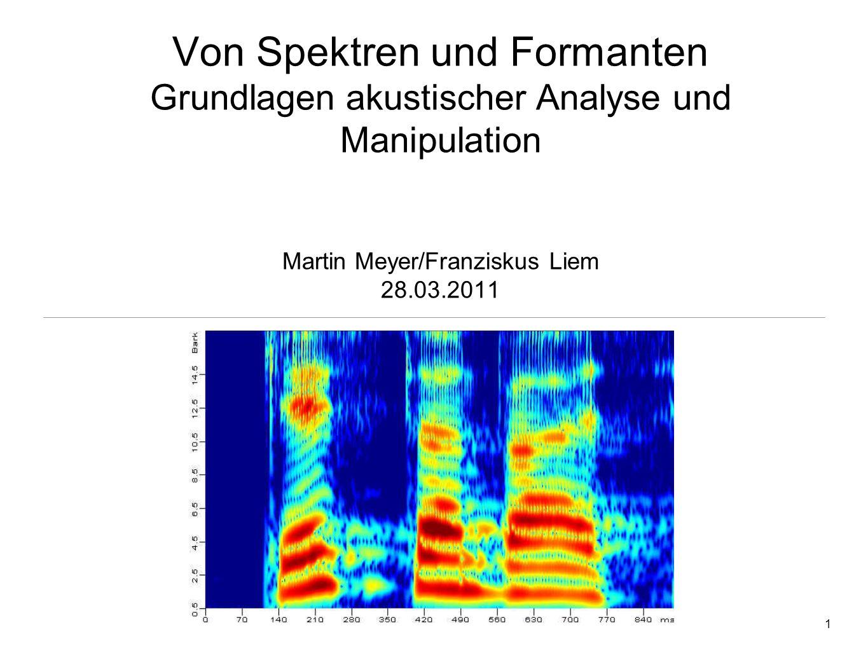 31 Formanten Entstehung einer Lautäusserung - Quelle/Filter-Theorie Larynx (Kehlkopf): Phonation = Erzeugung eines akustischen Signals (Schwingung der Stimmbänder mit Grundfrequenz f0) - Quellsignal Tonhöhe (f0), Stimmqualität (zB gepresst) Lunge: Luftdruck Lautstärke logopaedie.rwth-aachen.de Ansatzrohr (Mund-, Nasen-, Rachenraum (Pharynx)): Artikulation = Modulation / Filterung des Quellsignals Ausdifferenzierung der Phoneme Formanten supralaryngal laryngal sublaryngal Fitch (2000)