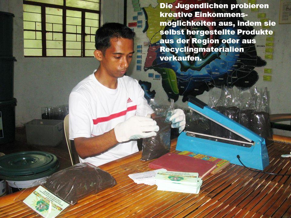 Die Jugendlichen probieren kreative Einkommens- möglichkeiten aus, indem sie selbst hergestellte Produkte aus der Region oder aus Recyclingmaterialien verkaufen.