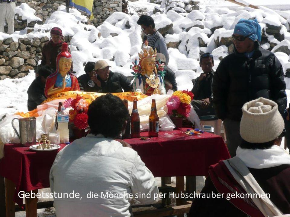 Gebetsstunde, die Mönche sind per Hubschrauber gekommen