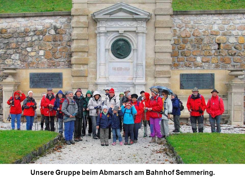 Unsere Gruppe beim Abmarsch am Bahnhof Semmering.