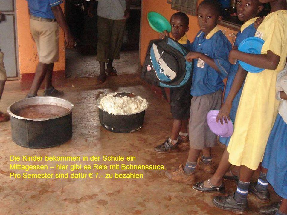 Die Kinder bekommen in der Schule ein Mittagessen – hier gibt es Reis mit Bohnensauce. Pro Semester sind dafür 7.- zu bezahlen