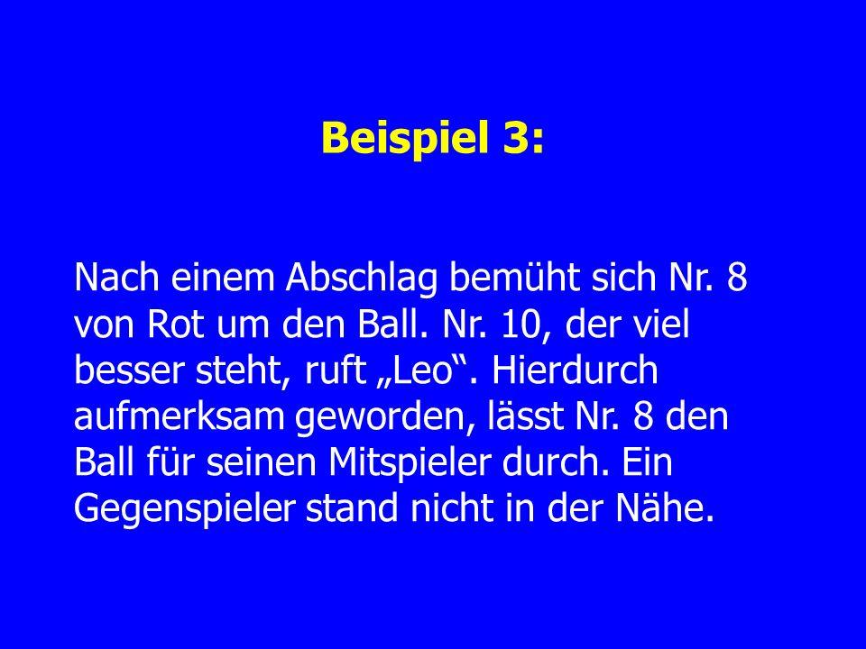 Beispiel 3: Nach einem Abschlag bemüht sich Nr. 8 von Rot um den Ball.