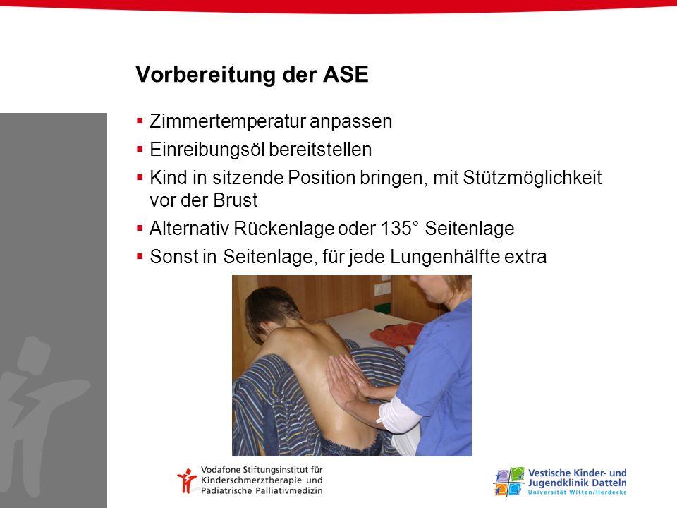 Vorbereitung der ASE Zimmertemperatur anpassen Einreibungsöl bereitstellen Kind in sitzende Position bringen, mit Stützmöglichkeit vor der Brust Alter