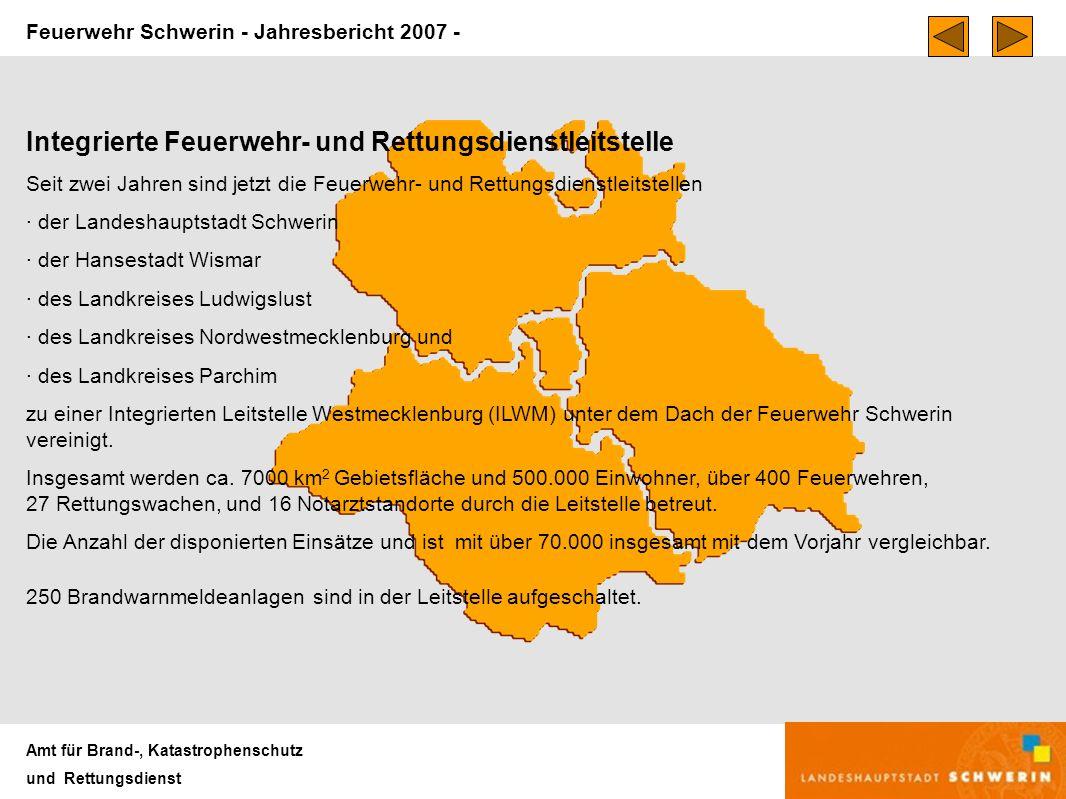 Feuerwehr Schwerin - Jahresbericht 2007 - Amt für Brand-, Katastrophenschutz und Rettungsdienst Integrierte Feuerwehr- und Rettungsdienstleitstelle Seit zwei Jahren sind jetzt die Feuerwehr- und Rettungsdienstleitstellen · der Landeshauptstadt Schwerin · der Hansestadt Wismar · des Landkreises Ludwigslust · des Landkreises Nordwestmecklenburg und · des Landkreises Parchim zu einer Integrierten Leitstelle Westmecklenburg (ILWM) unter dem Dach der Feuerwehr Schwerin vereinigt.