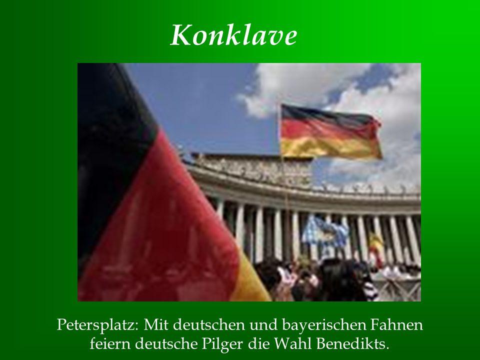 Petersplatz: Mit deutschen und bayerischen Fahnen feiern deutsche Pilger die Wahl Benedikts. Konklave