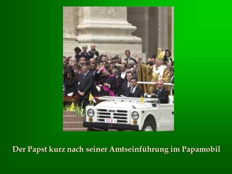 Der Papst kurz nach seiner Amtseinführung im Papamobil