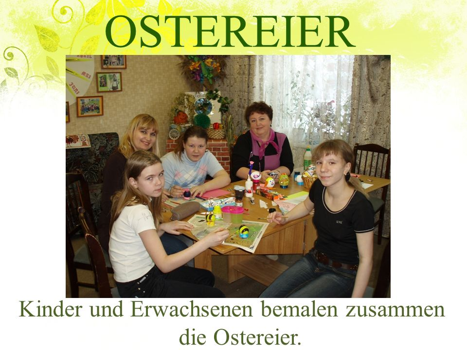 OSTEREIER Kinder und Erwachsenen bemalen zusammen die Ostereier.