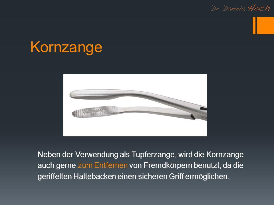 Kornzange Neben der Verwendung als Tupferzange, wird die Kornzange auch gerne zum Entfernen von Fremdkörpern benutzt, da die geriffelten Haltebacken einen sicheren Griff ermöglichen.