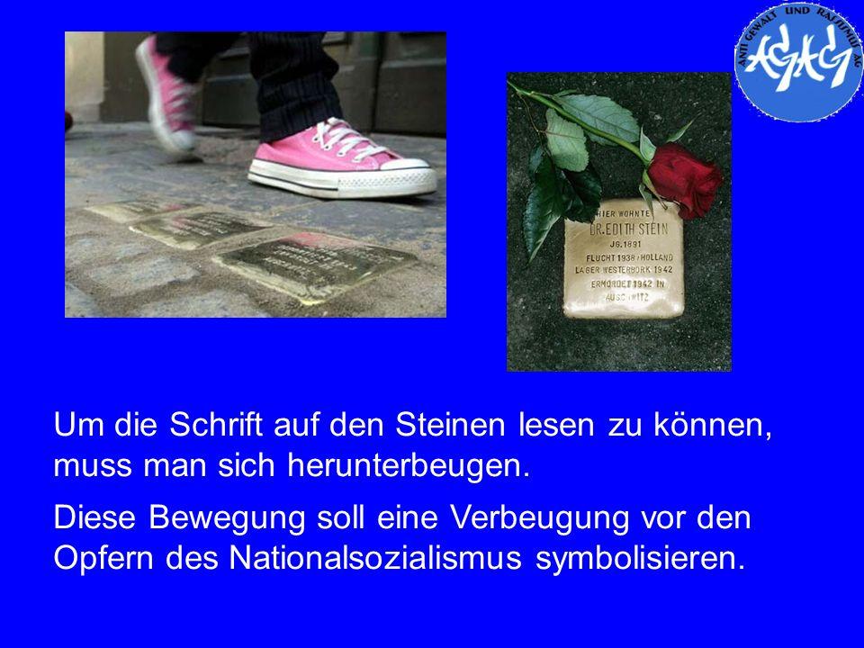 Um die Schrift auf den Steinen lesen zu können, muss man sich herunterbeugen. Diese Bewegung soll eine Verbeugung vor den Opfern des Nationalsozialism