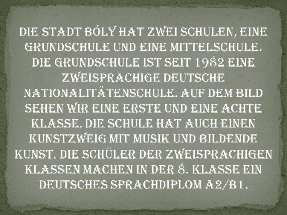 Die Stadt Bóly hat zwei Schulen, eine Grundschule und eine Mittelschule. Die Grundschule ist seit 1982 eine zweisprachige deutsche Nationalitätenschul
