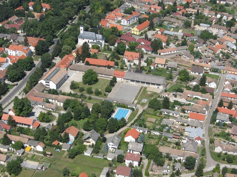DAS WAPPEN VON BÓLY Die drei Hügel bedeuten den Marienberg, den Friedhofhügel und den Tukar-Hügel.