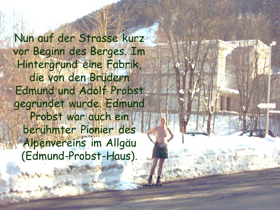 Nun auf der Strasse kurz vor Beginn des Berges. Im Hintergrund eine Fabrik, die von den Brüdern Edmund und Adolf Probst gegründet wurde. Edmund Probst