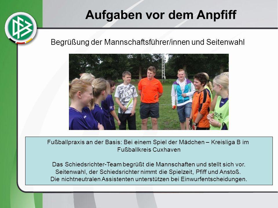 Begrüßung der Mannschaftsführer/innen und Seitenwahl Fußballpraxis an der Basis: Bei einem Spiel der Mädchen – Kreisliga B im Fußballkreis Cuxhaven Das Schiedsrichter-Team begrüßt die Mannschaften und stellt sich vor.