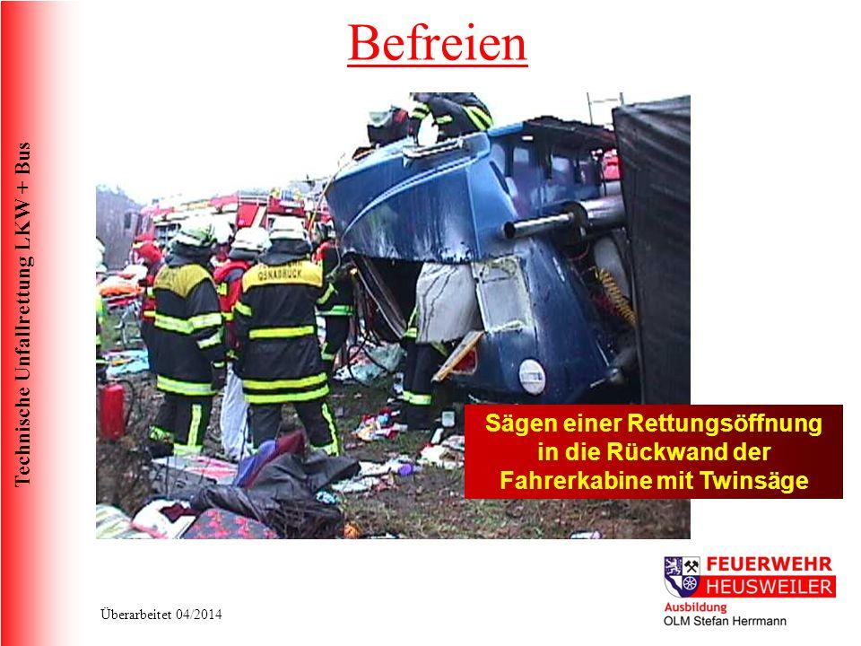 Technische Unfallrettung LKW + Bus Überarbeitet 04/2014 Sägen einer Rettungsöffnung in die Rückwand der Fahrerkabine mit Twinsäge Befreien