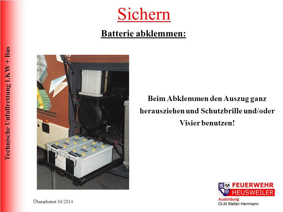 Technische Unfallrettung LKW + Bus Überarbeitet 04/2014 Batterie abklemmen: Beim Abklemmen den Auszug ganz herausziehen und Schutzbrille und/oder Visier benutzen.
