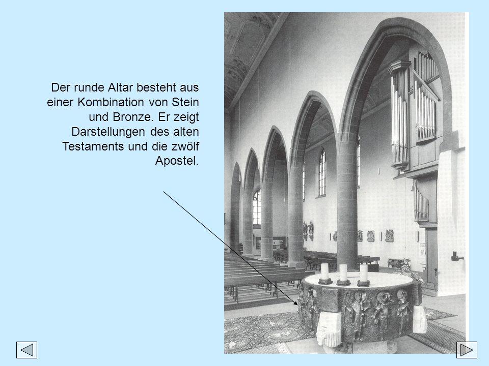 Der runde Altar besteht aus einer Kombination von Stein und Bronze. Er zeigt Darstellungen des alten Testaments und die zwölf Apostel.
