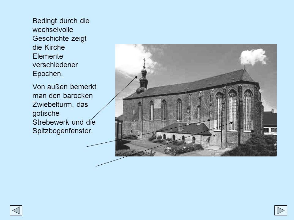 Bedingt durch die wechselvolle Geschichte zeigt die Kirche Elemente verschiedener Epochen. Von außen bemerkt man den barocken Zwiebelturm, das gotisch