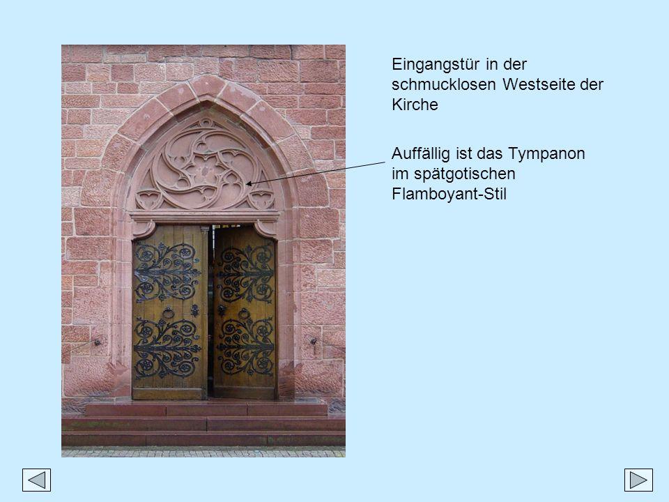 Auffällig ist das Tympanon im spätgotischen Flamboyant-Stil Eingangstür in der schmucklosen Westseite der Kirche