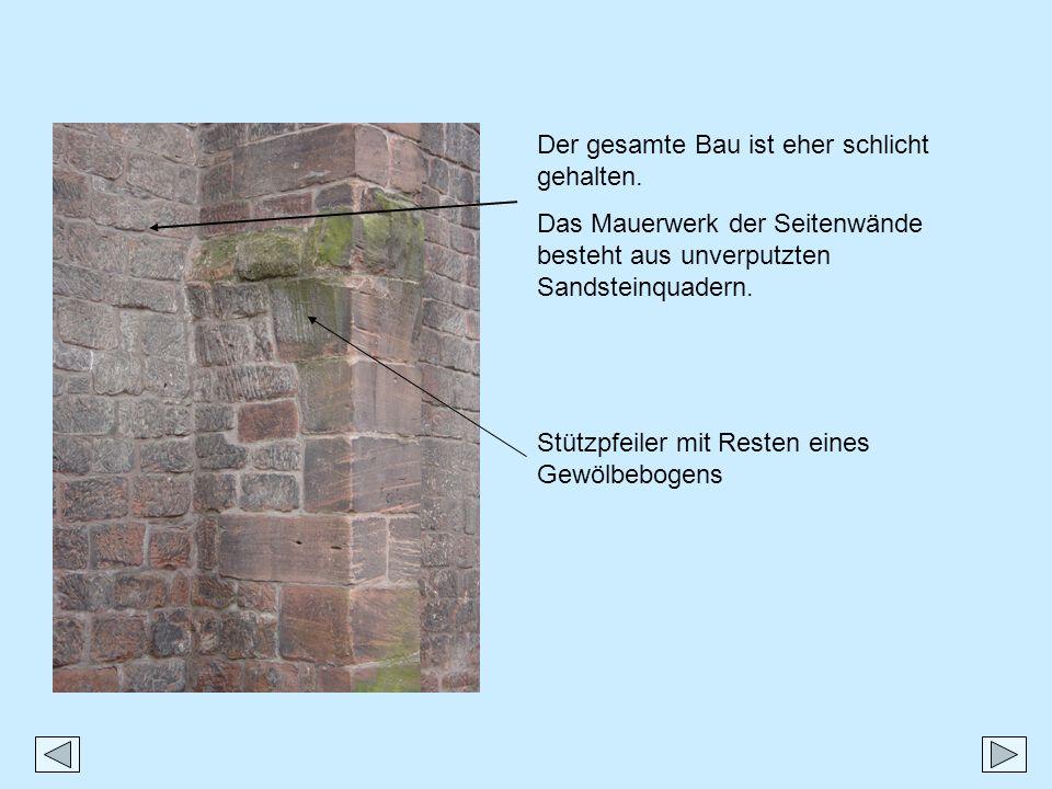 Der gesamte Bau ist eher schlicht gehalten. Das Mauerwerk der Seitenwände besteht aus unverputzten Sandsteinquadern. Stützpfeiler mit Resten eines Gew