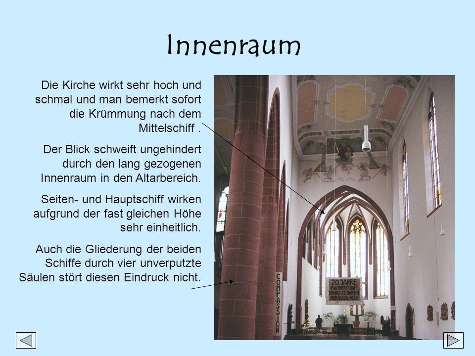 Innenraum Die Kirche wirkt sehr hoch und schmal und man bemerkt sofort die Krümmung nach dem Mittelschiff. Der Blick schweift ungehindert durch den la