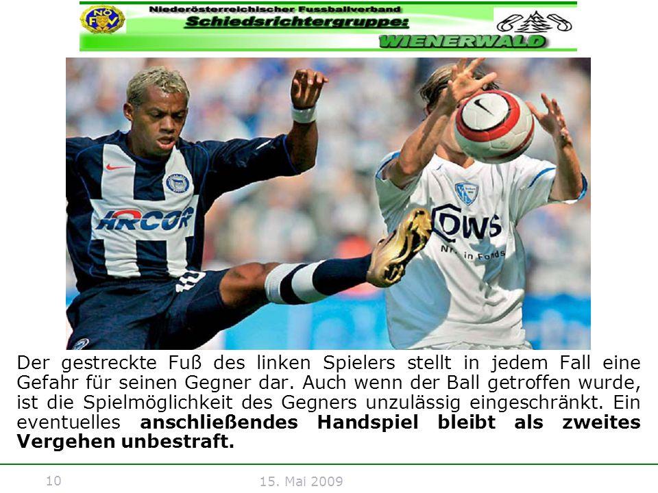 10 15. Mai 2009 Der gestreckte Fuß des linken Spielers stellt in jedem Fall eine Gefahr für seinen Gegner dar. Auch wenn der Ball getroffen wurde, ist