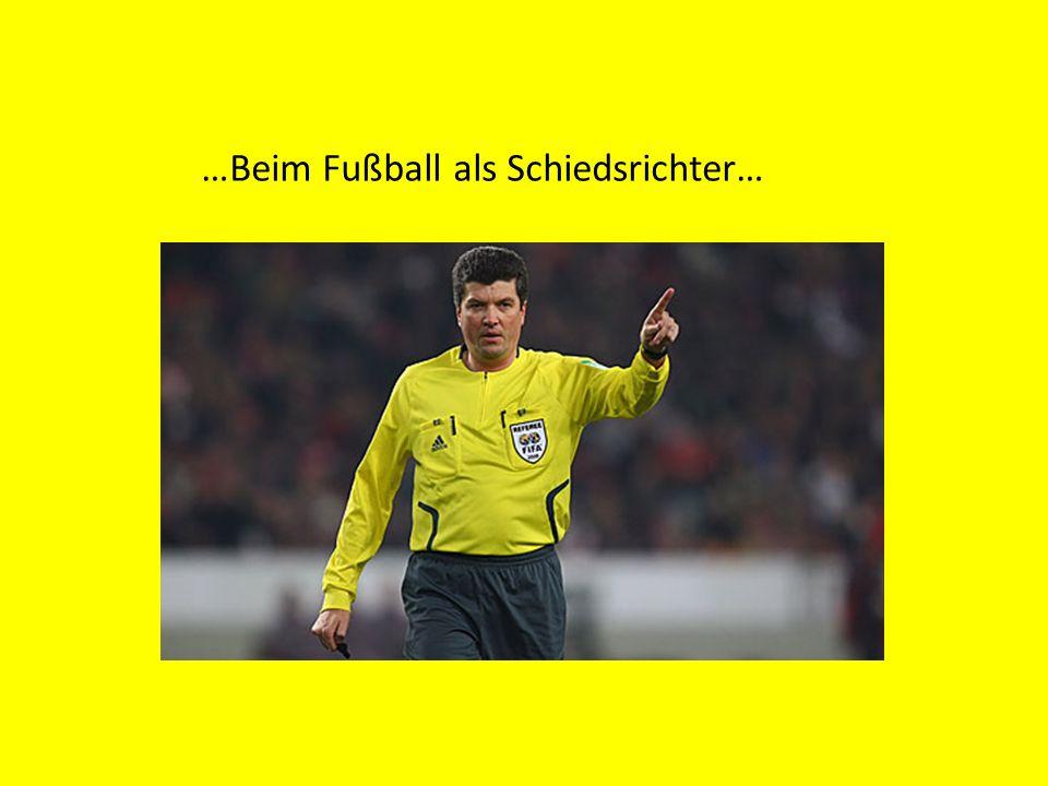 …Beim Fußball als Schiedsrichter…