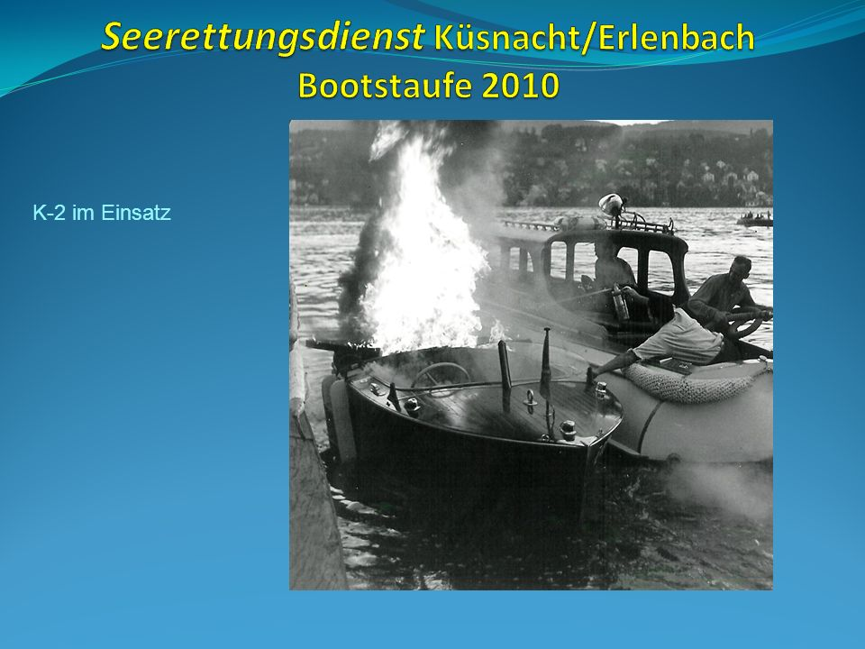 K-2 in voller Fahrt – Paul Baumann (Fahne), Marcel Rosenberger salutiert