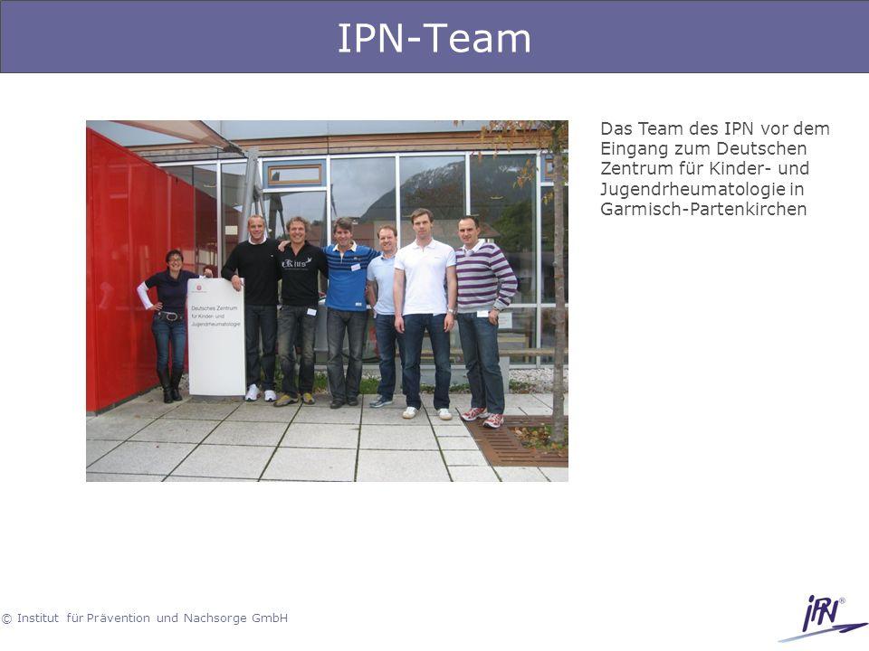 © Institut für Prävention und Nachsorge GmbH IPN-Team Das Team des IPN vor dem Eingang zum Deutschen Zentrum für Kinder- und Jugendrheumatologie in Ga