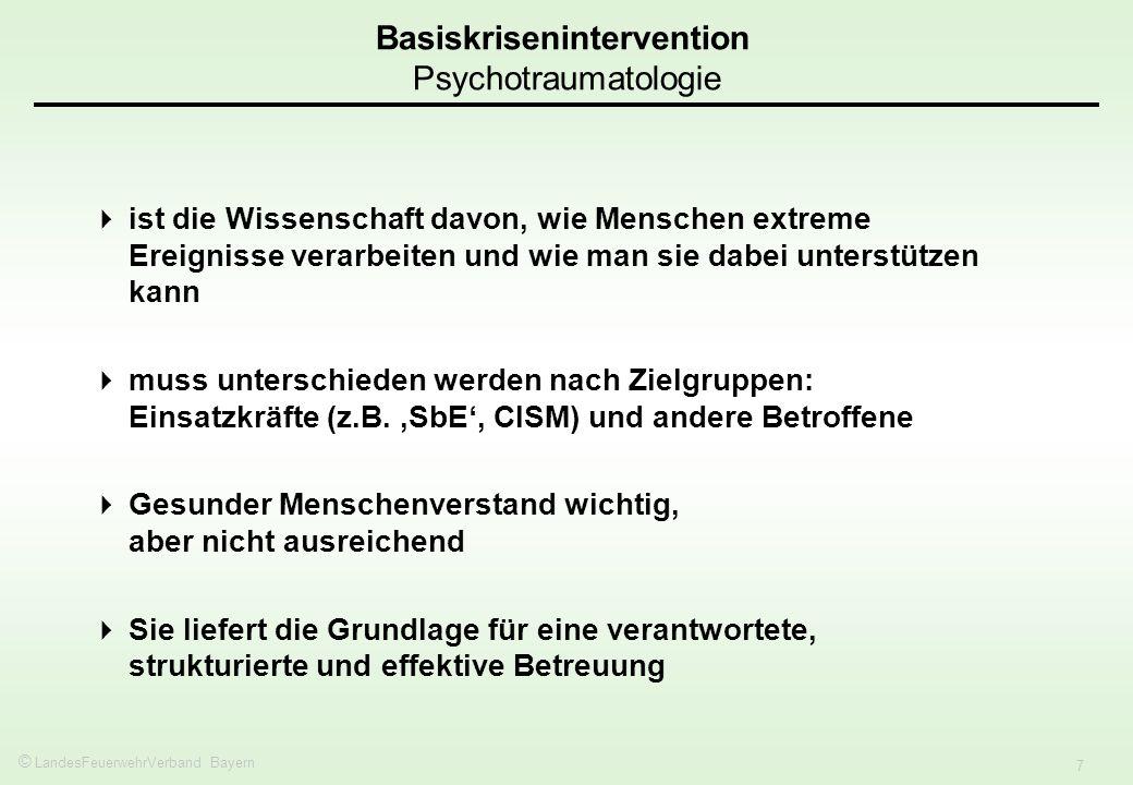 © LandesFeuerwehrVerband Bayern 8 Akute Belastungsreaktion: normale und angemessene Reaktion auf unnormales Ereignis, beginnt mit dem Ereignis, dauert meist einige Stunden oder Tage, maximal bis zu vier Wochen.