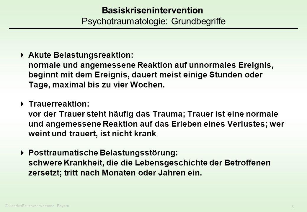 © LandesFeuerwehrVerband Bayern 8 Akute Belastungsreaktion: normale und angemessene Reaktion auf unnormales Ereignis, beginnt mit dem Ereignis, dauert