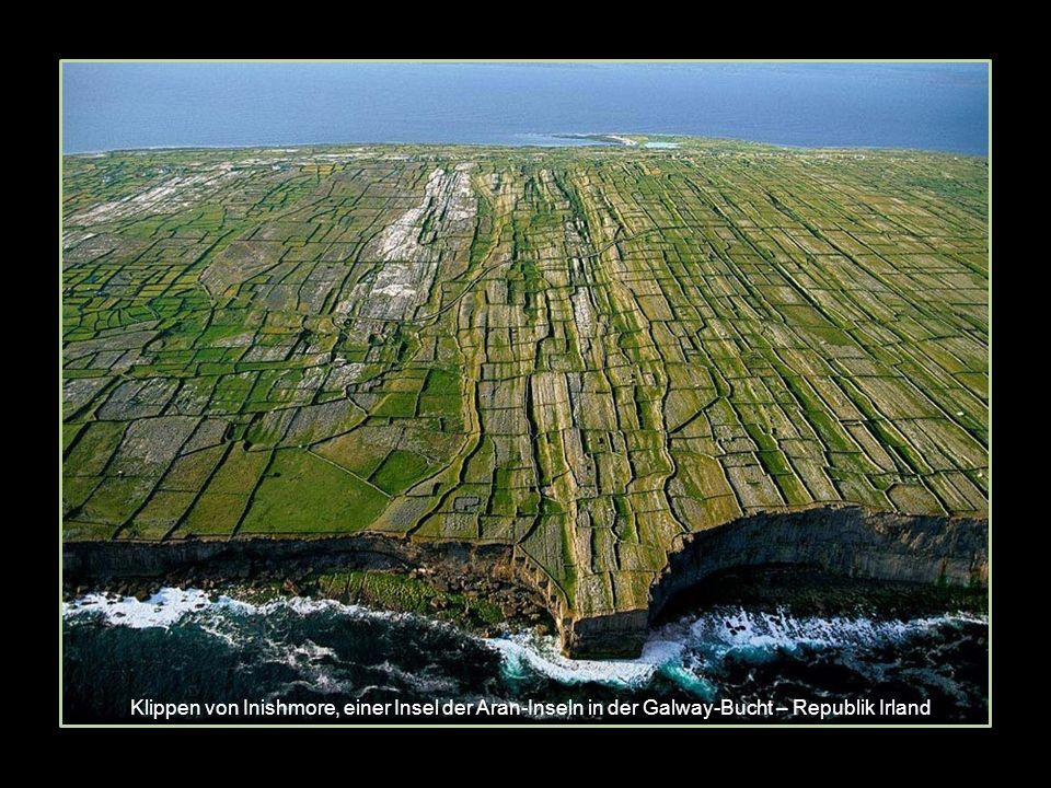 Klippen von Inishmore, einer Insel der Aran-Inseln in der Galway-Bucht – Republik Irland