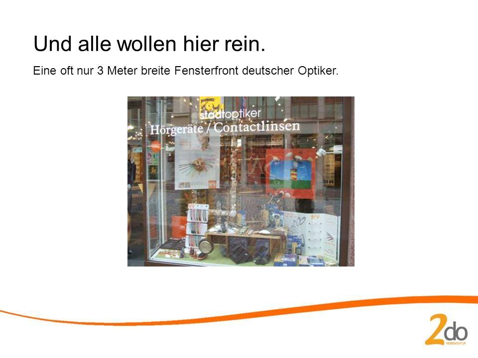 Und alle wollen hier rein. Eine oft nur 3 Meter breite Fensterfront deutscher Optiker.