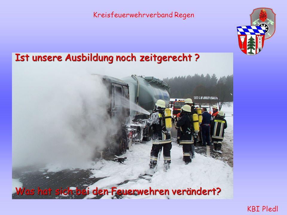 Kreisfeuerwehrverband Regen KBI Pledl Schlauchtrupp: rüstet sich mit Warndreiecken und Warnleuchten aus.