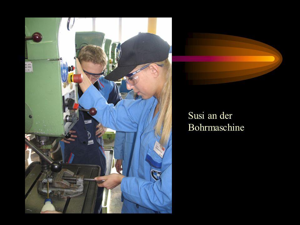 Susi an der Bohrmaschine