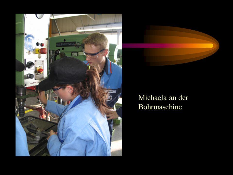 Michaela an der Bohrmaschine
