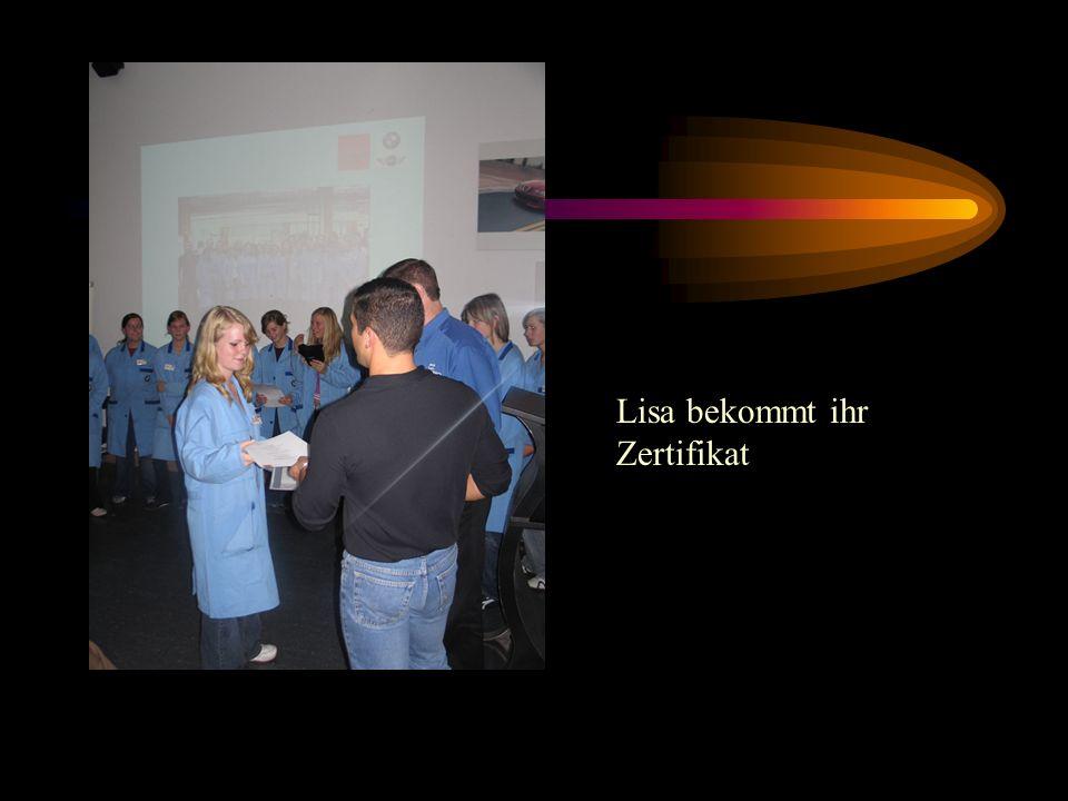 Lisa bekommt ihr Zertifikat