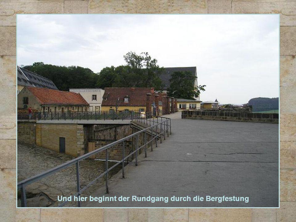 Gepflegte Grünanlagen dahinter die ehemalige Kaserne B