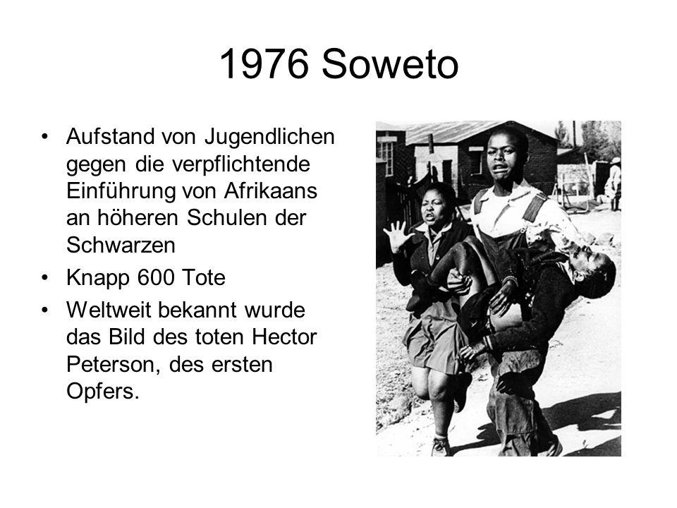 1976 Soweto Aufstand von Jugendlichen gegen die verpflichtende Einführung von Afrikaans an höheren Schulen der Schwarzen Knapp 600 Tote Weltweit bekannt wurde das Bild des toten Hector Peterson, des ersten Opfers.