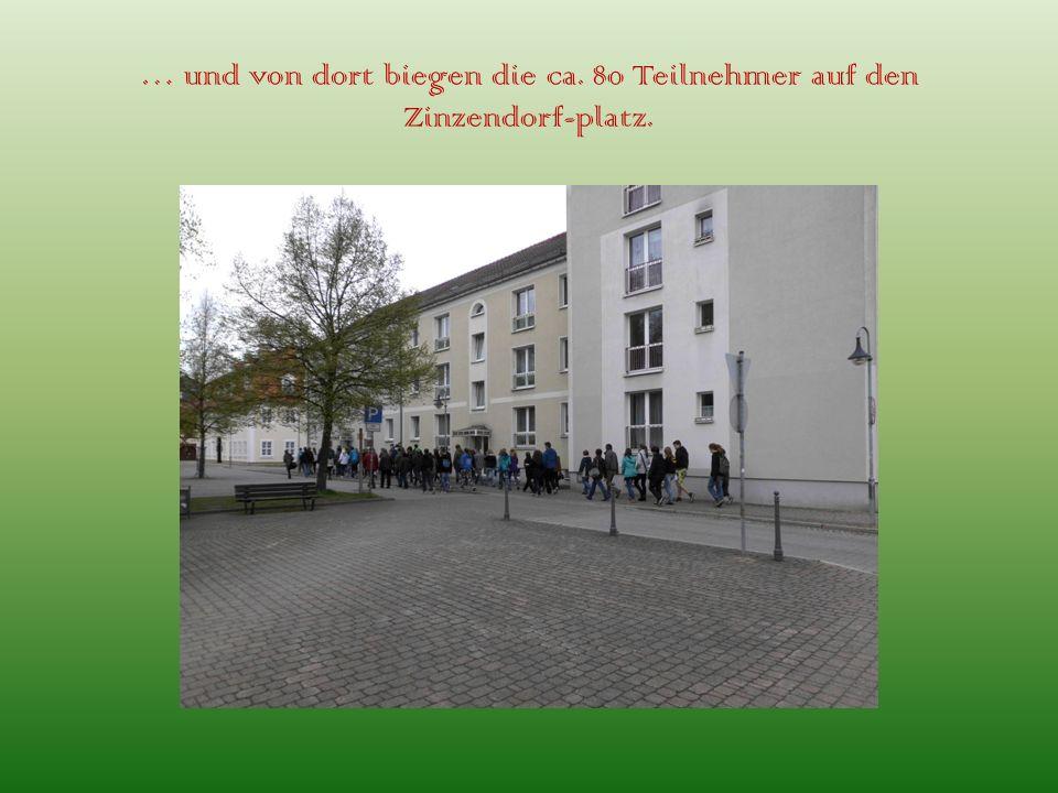… und von dort biegen die ca. 80 Teilnehmer auf den Zinzendorf-platz.