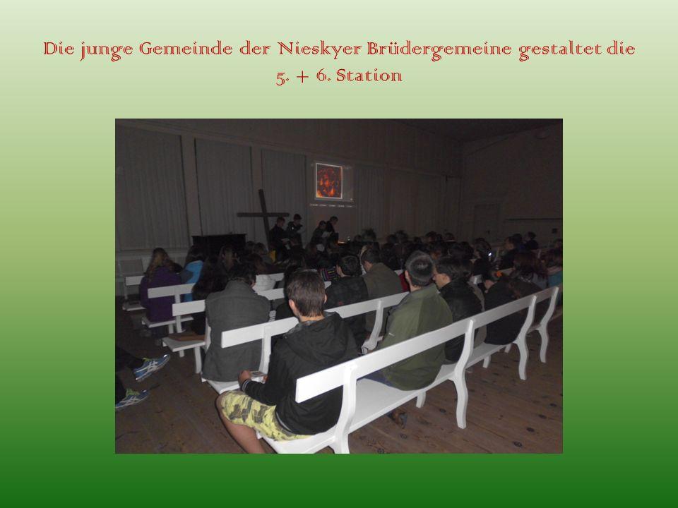 Die junge Gemeinde der Nieskyer Brüdergemeine gestaltet die 5. + 6. Station