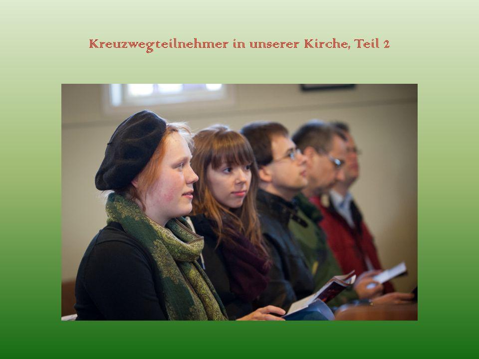 Kreuzwegteilnehmer in unserer Kirche, Teil 2