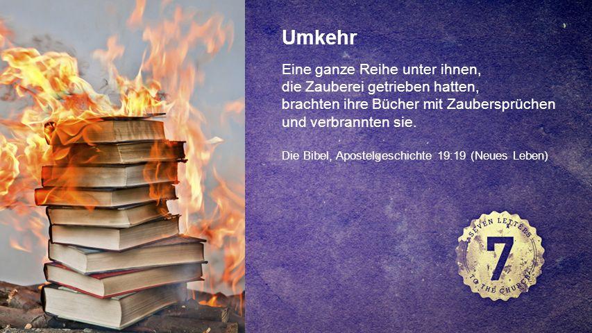FOTOBACKGROUND Umkehr Eine ganze Reihe unter ihnen, die Zauberei getrieben hatten, brachten ihre Bücher mit Zaubersprüchen und verbrannten sie.