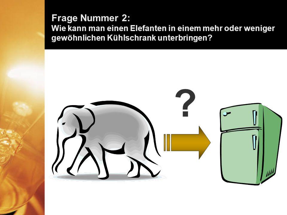 Die richtige Antwort lautet: Den Kühlschrank öffnen, die Giraffe heraus nehmen, den Elefanten hinein setzen und die Türe schliessen.