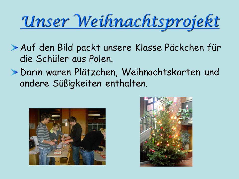 Unser Weihnachtsprojekt Auf den Bild packt unsere Klasse Päckchen für die Schüler aus Polen. Darin waren Plätzchen, Weihnachtskarten und andere Süßigk