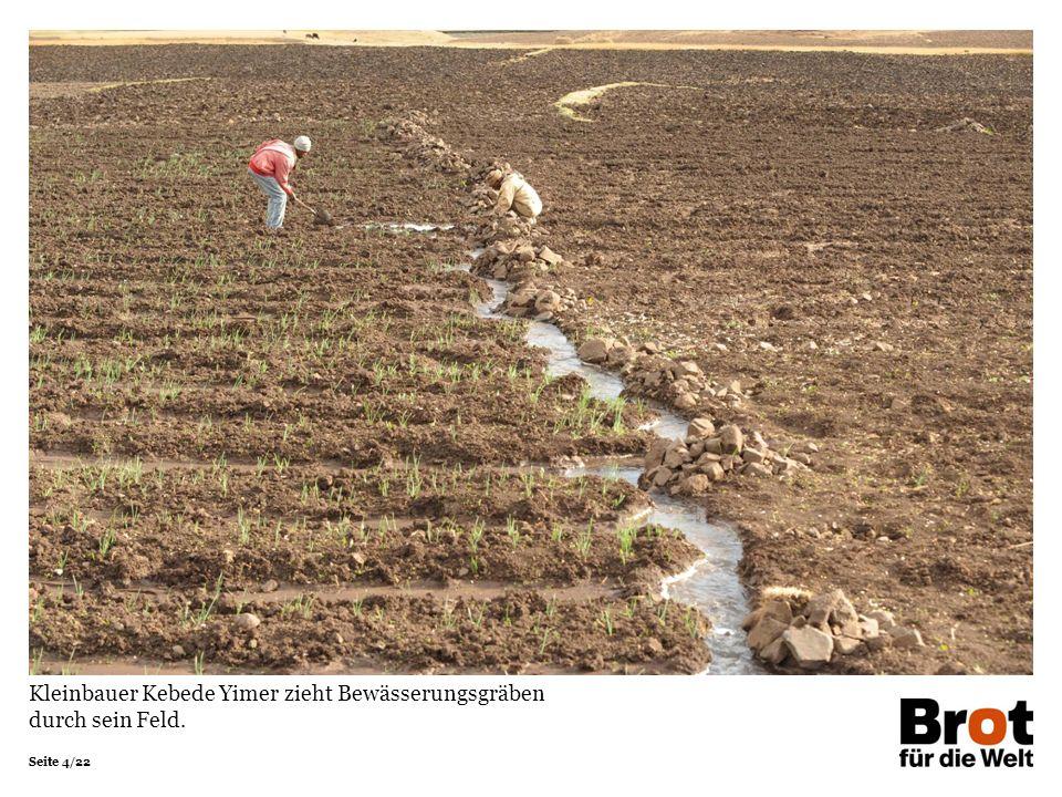 Seite 4/22 Kleinbauer Kebede Yimer zieht Bewässerungsgräben durch sein Feld.