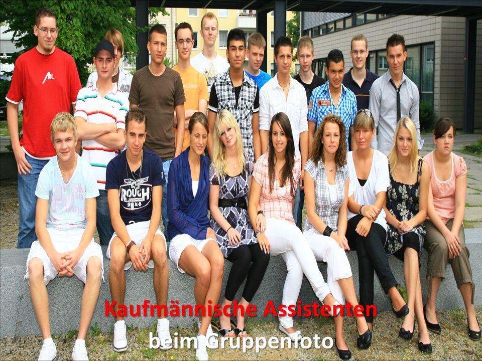 Kaufmännische Assistenten während der Abschlussfeier im Schulhof