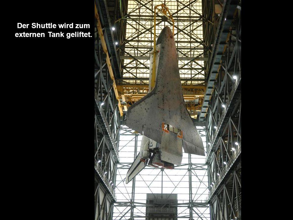 Nun wird der Shuttle selbst in das Hebesystem gebracht.