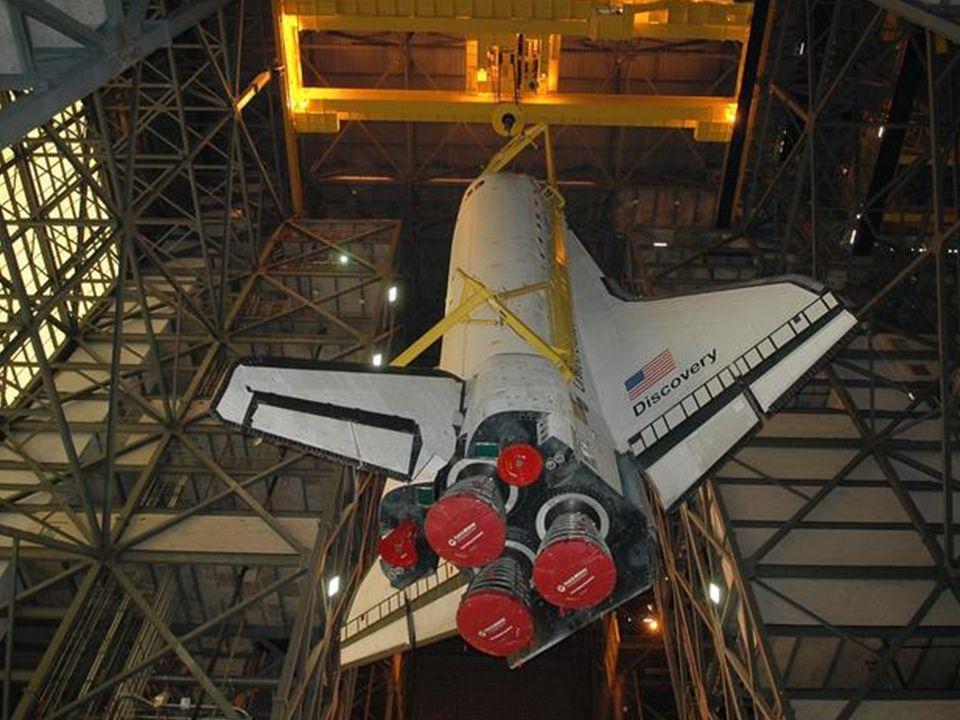 Der Shuttle wird zum externen Tank geliftet.