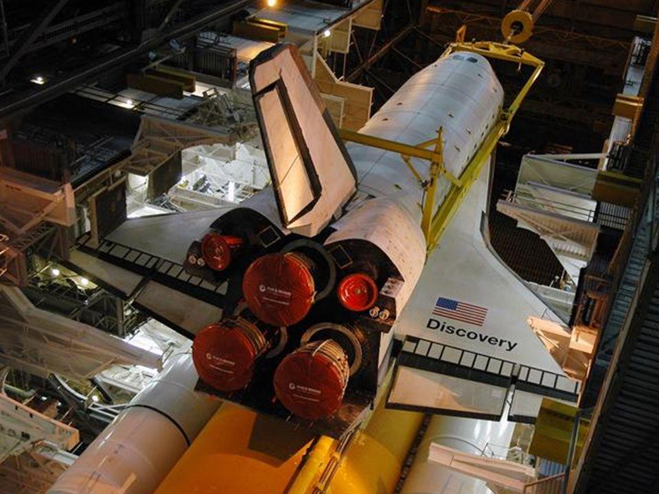 Der Shuttle wird angedockt und montiert.
